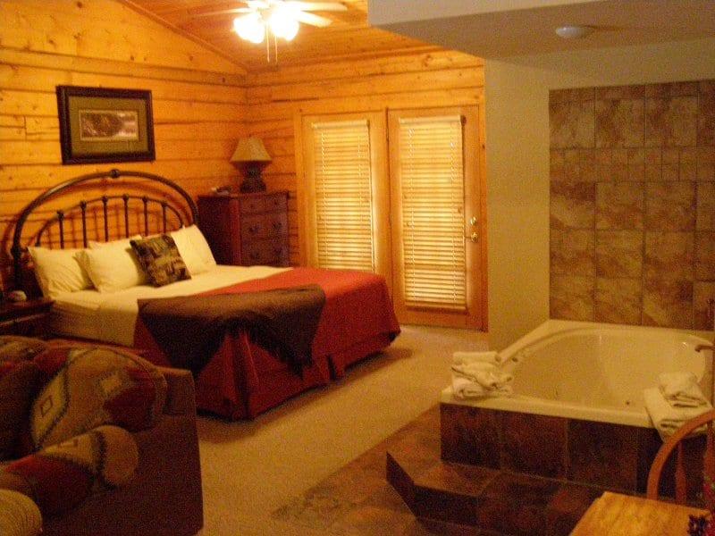 unwind in a one bedroom branson cabin. Black Bedroom Furniture Sets. Home Design Ideas